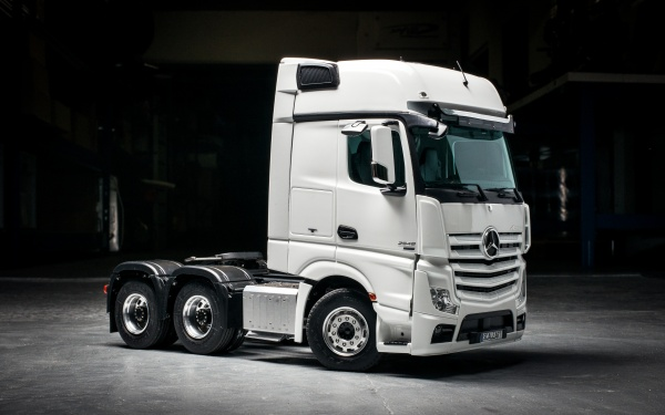 Mercedes Gigaspace 3-axle semitrailer tractor without all-wheel drive