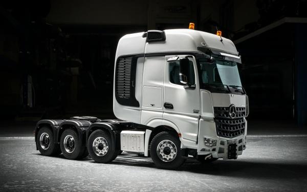 Mercedes 4-Achs-Schwerlastzugmaschine ohne Allradantrieb