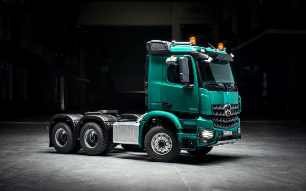 Mercedes Arocs 3-axle semitrailer tractor with all-wheel drive