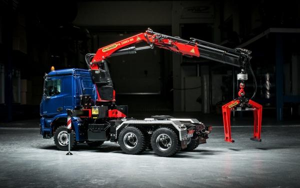 Mercedes Arocs/Actros Gigaspace 3-Achs-Sattelzugmaschine mit Palfinger Ladekran